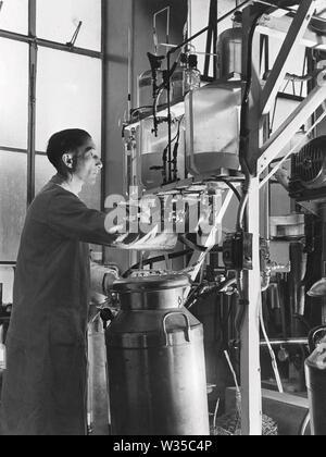 ARTHUR GORDON SANDERS (1908-1980) exploitation de l'usine d'extraction de la pénicilline par Howard Florey, Ernest Alexander Fleming et chaîne Photo Stock