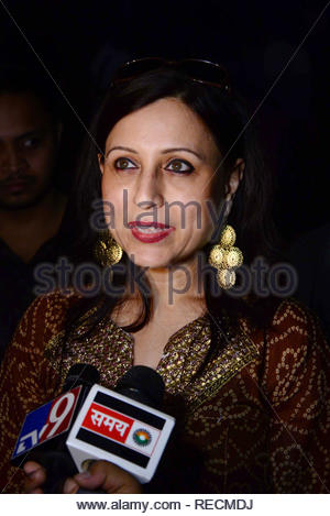 Acteur de film Marathi Kishori Shahane lors de la projection spéciale du film de Bollywood Khiladi 786 2 organisé par les jeunes membres du Maharashtra NavNirman Sena (Vidyarthi) sont offertes à Mumbai, Inde, 05 janvier 2013. (Krishanu Nagar) Photo Stock