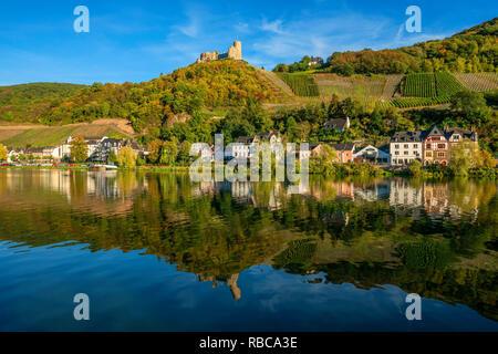 Bernkastle-Kues avec château de Landshut, vallée de la Moselle, Rhénanie-Palatinat, Allemagne Photo Stock