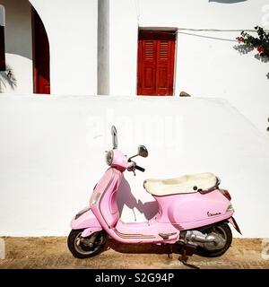 Scooter rose à Folegandros, Grèce Photo Stock