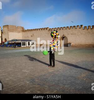 Vendeur de ballons à Essaouira, Maroc Photo Stock