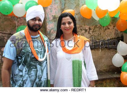 Chanteuse Bollywood Ramji Gulati et politicien Gurpreet Kaur Chhada lors d'une cause d'organzie le déjeuner pour certains enfants orphelins à l'occasion de l'Independence Day à Mumbai, Inde, le 15 août 2013. Utsava (Devdutta) Photo Stock