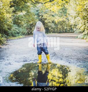 Enfant à la flaque en Photo Stock