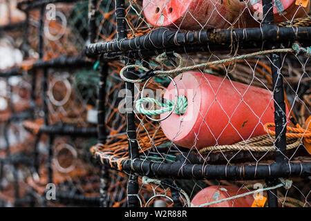 Le crabe et des casiers à homard empilés sur le quai, Close up. Photo Stock