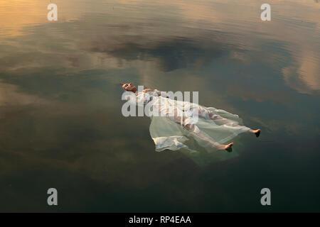 Mort flottant dans les eaux de couleur coucher de la mariée Photo Stock