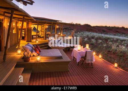 Dîner romantique sur le pont salon de mountain view suite.Dunes lodge.Wolwedans NamibRand Nature Reserve.La Namibie Photo Stock