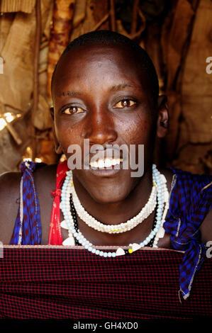 Géographie / billet, en Tanzanie, une jeune femme Masai avec collier traditionnel dans le village Kiloki, Serengeti, Photo Stock