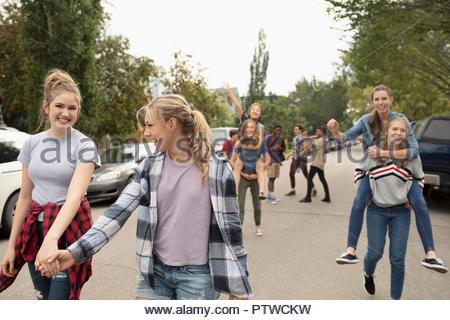 Amis adolescents usurpation et tenir la main sur la rue Photo Stock
