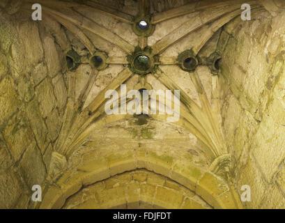 Meurtre des trous dans le plafond voûté de la porterie au Château de Bodiam, East Sussex, construit Photo Stock