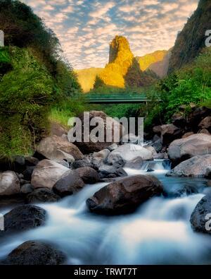 L'iao Needle et ruisseau au lever du soleil. L'iao Valley State Park, Maui, Hawaii. Photo Stock