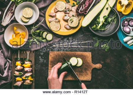 Portrait d'une personne qui prépare la nourriture sur une planche à découper Photo Stock