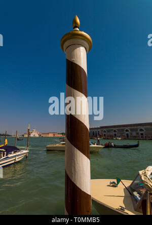 Poteau en bois rayé, Vénétie, Venise, Italie Photo Stock
