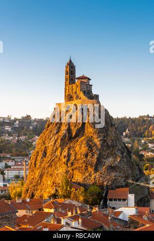 La France, l'Auvergne-Rhone-Alpes, Haute-Loire, Le Puy-en-Velay. Chapelle Saint-Michel d'Aiguilhe, construit au sommet de la roche pour célébrer le retour du pèlerinage de Saint Jacques. Photo Stock