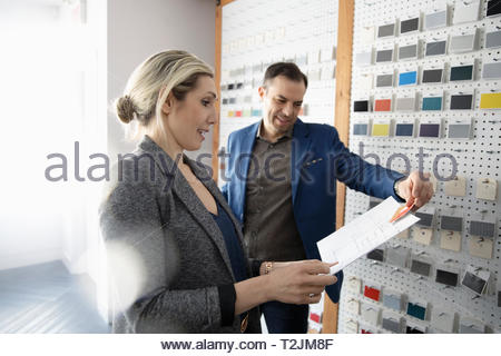 Les designers d'intérieur reviewing blueprints in design studio Photo Stock