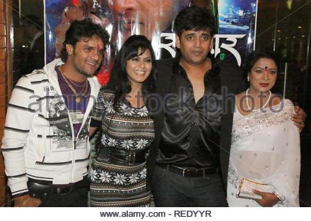 Les acteurs de Bollywood Khesari Lal Yadav, Rinku Ghosh, Ravi Kishan et producteur Maya Yadav poser durant le lancement de l'affiche à venir Bhojpuri film Sansar à Mumbai, Inde, 04 février 2013. Aakash (Berde) Photo Stock