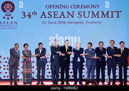 (L-R) les dirigeants de l'ASEAN, le Premier Ministre de la Malaisie Mahathir bin Mohamad, Conseiller d'état de la République de l'Union du Myanmar, Aung San Suu Kyi, Président de la République des Philippines Rodrigo Duterte Roa, Président de la république du Singapour Lee Hsien Loong, Premier Ministre de la Thaïlande Prayuth Chan-ocha, Premier Ministre de la République socialiste du Vietnam Nguyen Xuan Phuc, Premier Ministre de Brunei Hassanal Bolkiah, Premier Ministre du Cambodge, Hun Sen, le président de la République de l'Indonésie Joko Widodo, et Laos' Premier ministre Thongloun Sisoulith pose pour une photo de groupe lors de l'Ope Photo Stock