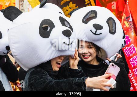 L'Angleterre, Londres, le quartier chinois, le Nouvel An Chinois, les participants ont défilé défilé habillé en costume Panda prendre Photo Selfies Photo Stock