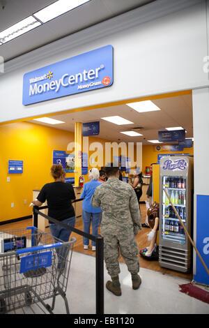 Les personnes en attente d'encaisser des chèques au centre de l'argent, Walmart. Photo Stock