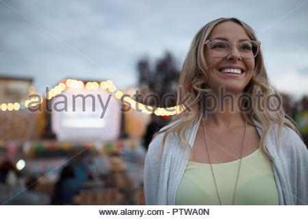 Portrait souriant, confiant à femme film dans le parc Photo Stock