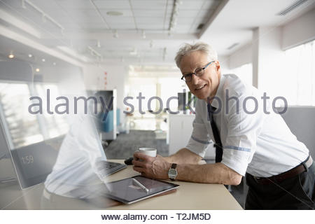 Portrait confiant senior businessman working in office Photo Stock