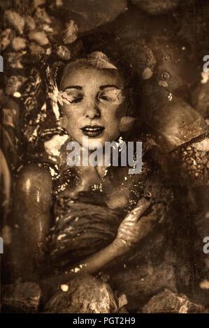 Portrait artistique de jeune femme sous l'eau Photo Stock