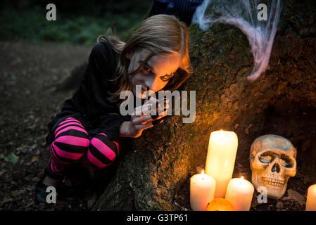 Une jeune fille habillé en costume pour l'Halloween. Photo Stock