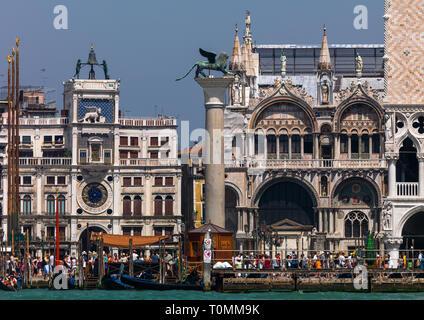 Le lion de Venise bronze ancien lion ailé de sculpture dans la piazza San Marco, Venise, Vénétie, Italie Photo Stock