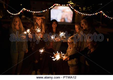Vos amis et votre famille avec des cierges au cinéma dans le parc Photo Stock