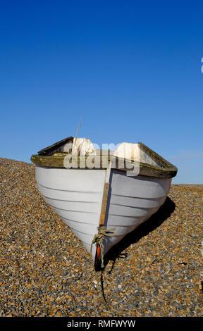 Bateau de pêche sur la plage de galets à weybourne, North Norfolk, Angleterre Photo Stock