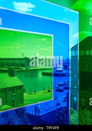 Vue à travers la fenêtre colorés enduits de résine vers les quais. Pálás Cinéma, Galway, Irlande. Architecte: dePaor, 2017. Photo Stock