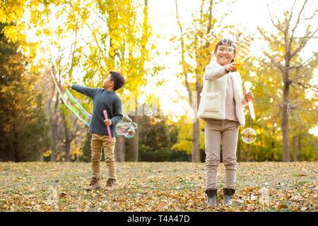 Deux enfants blowing bubbles Photo Stock