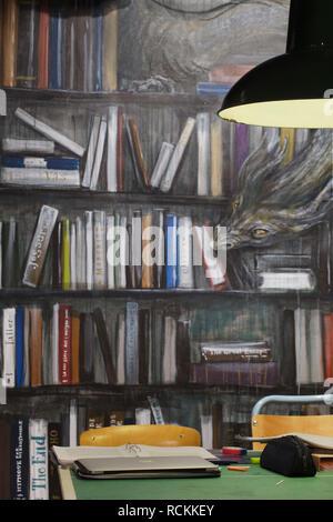 Lampe Murale avec sous-sol en salle de lecture. Bibliothèque Deichman Toyen, Oslo, Norvège. Architecte: Aat Vos, 2016. Photo Stock