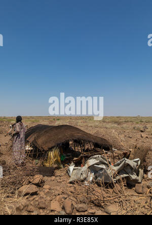 Issa woman making tente dans un camp, région Afar, Ethiopie, Gewane Photo Stock
