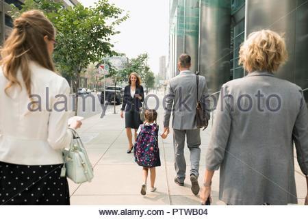 Père et fille écolière businessman holding hands on urban sidewalk Photo Stock