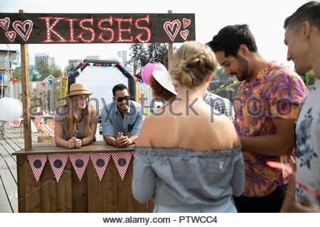 Les gens qui attendent en ligne à kissing booth Photo Stock