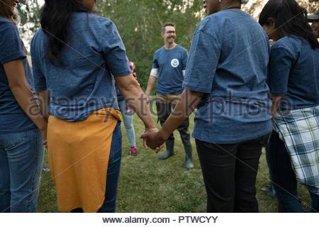 Les bénévoles holding hands in circle Photo Stock