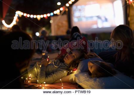 Les adolescentes se détendre, profiter de film dans le parc Photo Stock