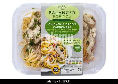 Pack de poulet et bacon Carbonara M&S Food équilibré pour vous isolé sur fond blanc Photo Stock