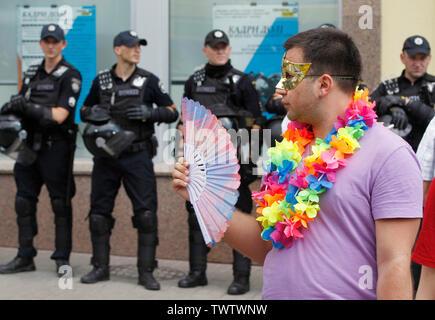 Un participant de prendre part à la parade de la gay pride ou mars de l'égalité dans le centre-ville de Kiev.Plusieurs milliers de militants gays et lesbiennes et d'associations ont défilé dans le centre de la capitale de l'Ukraine pour la pride parade annuelle. Photo Stock