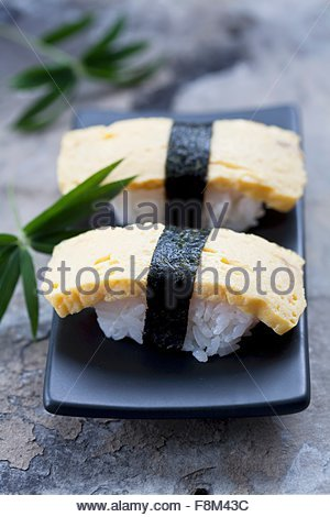 Tamago nigiri sushi (sushi japonais avec omelette) Photo Stock
