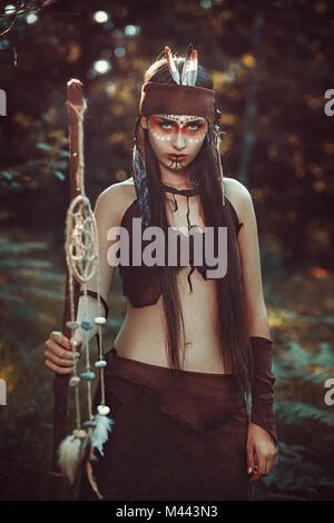 Chaman féminin puissant. Forêt colorée Photo Stock