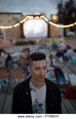 Certain jeune homme de cinéma dans le parc Photo Stock