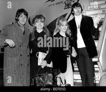 Les Beatles, Paul McCartney et Ringo Starr, gauche, droite, bord d'un avion de la BOAC. Photo Stock