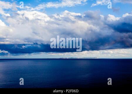 Voir à l'île inhabitée de Cabrera phare Cap Blanc, Majorque, Îles Baléares, Espagne Photo Stock