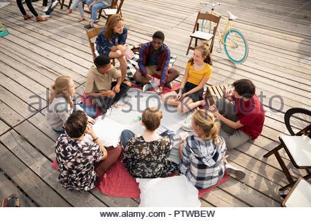 Les adolescents traînant, jouant le jeu de la bouteille Photo Stock