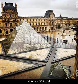 Visiteurs à Pyramide du Louvre Musée pendant un jour de pluie, Paris, France Photo Stock