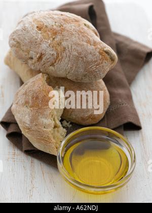 L'huile d'olive et de ciabatta tourné avec un appareil photo numérique moyen format professionnel Photo Stock