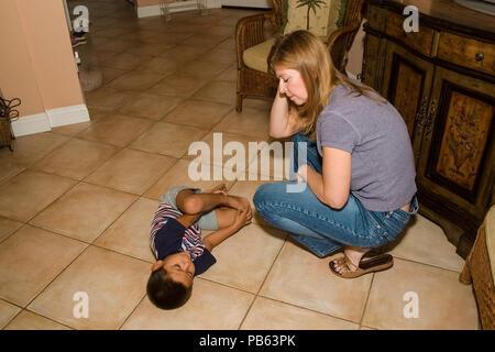 Encourager l'enfant nouvellement adopté sur marbre nouvelle maman par M. © Myrleen désobéissance Pearson ......Ferguson Cate Photo Stock