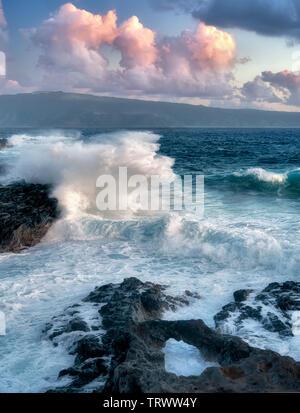 Les vagues et arch avec Molokai en arrière-plan. Maui, Hawaii Photo Stock