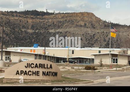 Les bâtiments du gouvernement tribal, Apache Jicarilla Nation, Dulce, au Nouveau Mexique. Photographie numérique Photo Stock